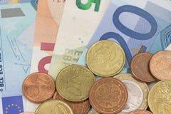 Pièces de monnaie européennes et billets de banque européens Photos stock