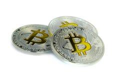 Pièces de monnaie focalisées de Bitcoin s'étendant sur le fond blanc Photographie stock