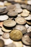 Pièces de monnaie internationales mélangées photo stock