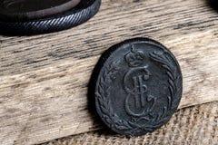 Pièces de monnaie de l'empire russe de la collection des antiquités, du fond en bois et du tissu Images stock