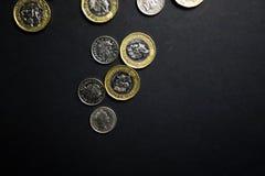 Pièces de monnaie de livre sur le fond noir photos stock