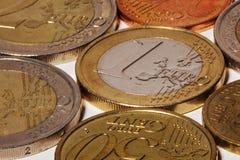 Pièces de monnaie modernes de fer européen de devise sur le fond blanc Image libre de droits