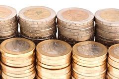 Pièces de monnaie organisées dans les fléaux et les lignes, vue détaillée images libres de droits