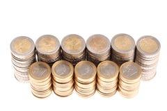 Pièces de monnaie organisées dans les fléaux et lignes d'isolement photos libres de droits