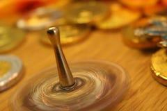 Pièces de monnaie de rotation de dreidel et de chocolat de Hanoucca dans le festival juif des vacances de lumières Photographie stock