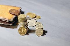Pièces de monnaie russes d'argent et vieux portefeuille Images stock