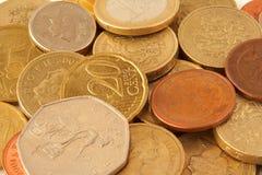 Pièces de monnaie se trouvant fait au hasard Photographie stock
