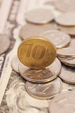 Pièces de monnaie sur des billets de banque images libres de droits