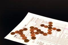 Pièces de monnaie sur la forme de déclaration d'impôt Photographie stock