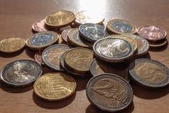 Pièces de monnaie sur la table Photographie stock libre de droits