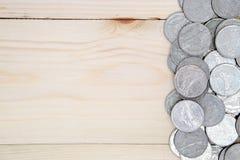 Pièces de monnaie sur la table en bois image libre de droits