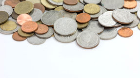Pièces de monnaie sur le fond blanc (profondeur de champ) Photos stock