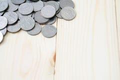 Pièces de monnaie sur le fond en bois images stock
