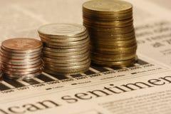 Pièces de monnaie sur le graphique de stocks Images stock