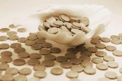 Pièces de monnaie sur le Seashell image libre de droits