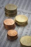 Pièces de monnaie sur les figures financières Photo stock