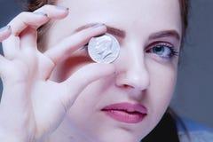 Pièces de monnaie sur les yeux comme symbole du désir d'être riche photos stock