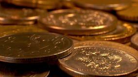 Pièces de monnaie sur une plate-forme tournante banque de vidéos