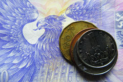 Pièces de monnaie tchèques sur un billet de banque de 1000 CZK Image libre de droits