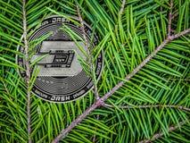 Pièces de monnaie de tiret sur les branches du sapin Crypto cadeau de Noël photo libre de droits