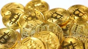 Pièces de monnaie tombées de mouvement lent créées comme devise virtuelle de Bitcoin banque de vidéos