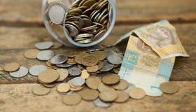 Pièces de monnaie ukrainiennes et pauvreté d'expositions de hryvnas Photographie stock libre de droits