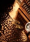 Pièces de monnaie ukrainiennes, horloge de luxe et abaque Image libre de droits