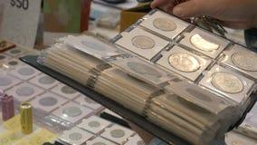 Pièces de monnaie de visionnement sous la loupe banque de vidéos