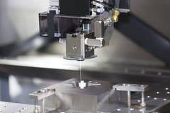 Pièces de moule de coupe de machine de coupe de fil de commande numérique par ordinateur images stock