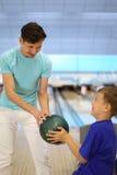 Pièces de père avec le fils dans le club de bowling Photos libres de droits