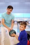 Pièces de père avec le fils dans le club de bowling Photo stock