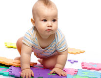 Pièces de petit garçon avec l'alphabet Images libres de droits