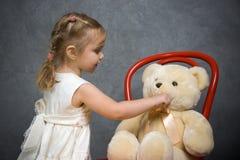Pièces de petite fille avec l'ours de nounours Image libre de droits