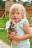 Pièces de petite fille avec le cobaye sur le pré Photos stock