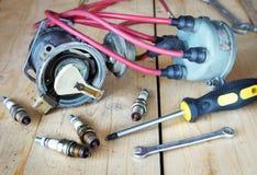 Pièces de rechange électriques d'automobile sur l'établi Photo libre de droits