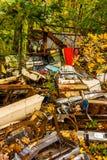 Pièces de véhicule et couleur d'automne dans un entrepôt de ferraille Photographie stock