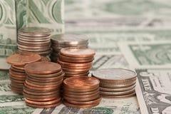 Pièces du dollar sur des billets d'un dollar Image libre de droits
