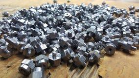 Pièces en acier empilées sur le fond brun Photos stock