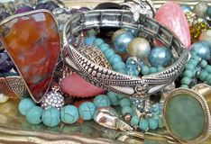 Pièces en argent et bijoux de gemmes Photographie stock libre de droits
