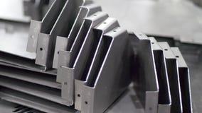 Pièces en métal après coupure et processus de recourbement banque de vidéos