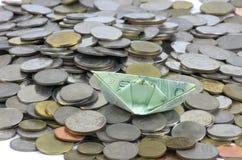Pièces et billet de devise de la Thaïlande pliés aux bateaux Art d'origami Argent de Thaïlande photos stock
