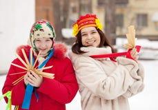 Pièces heureuses de filles pendant le Shrovetide Images stock