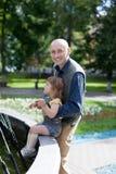 Pièces heureuses de père avec 2 ans de chéri Image stock