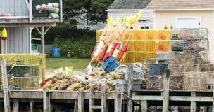 Pièges de homard et tout autre équipement sur les docks images libres de droits