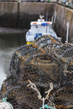 Pièges nets de mollusques et crustacés de maille au port maritime Image stock