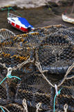 Pièges nets de mollusques et crustacés de maille au port maritime Photo stock