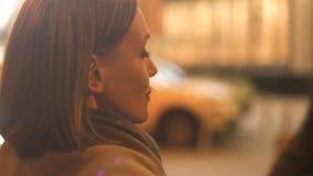 Piéton élégant de croisement de jeune femme, marchant dans la ville de nuit, mode de vie urbain banque de vidéos
