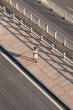 Piéton au trottoir à l'aéroport international capital de Pékin Image libre de droits