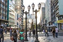 Piéton dans XV de rue de novembre dans Curitba, Brésil photo libre de droits