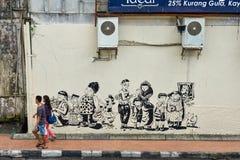 Piéton et peinture murale sur la rue photo stock